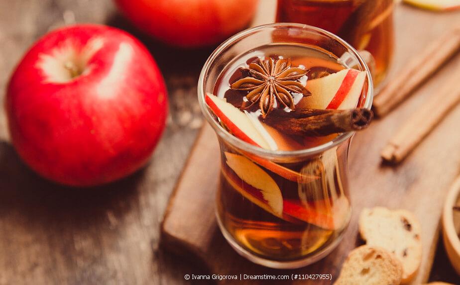Heißer Apfeltee mit Gewürzen