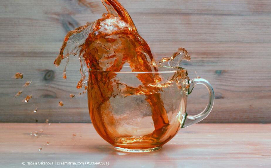 Schwarzer Tee in einer Tasse aus Glas
