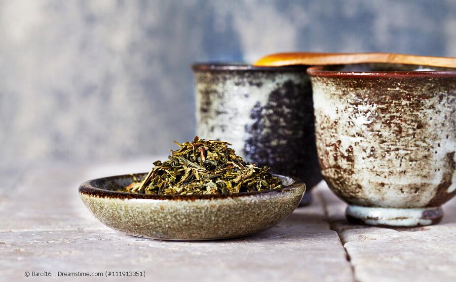 Loser Sencha Tee in einer Schale